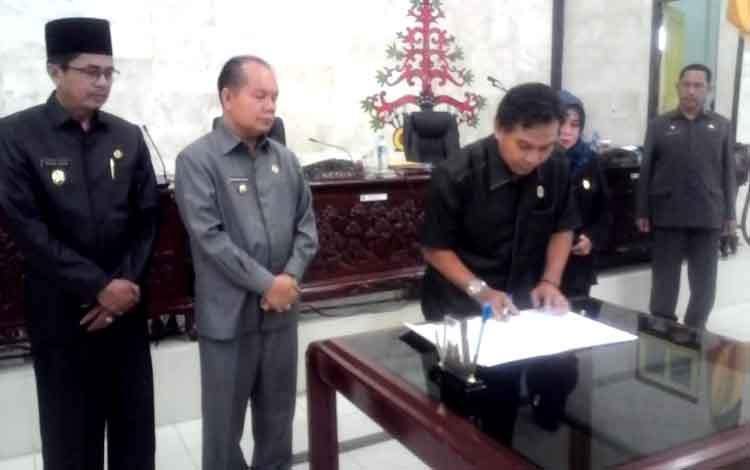 Ketua DPRD Kapuas, Algrin Gasan menandatangani surat persetujuan dukungan terhadap daerah otonomi baru yaitu Kapuas Ngaju pada sidang paripurna ke 13 masa persidangan III Selasa (10/1/2017).
