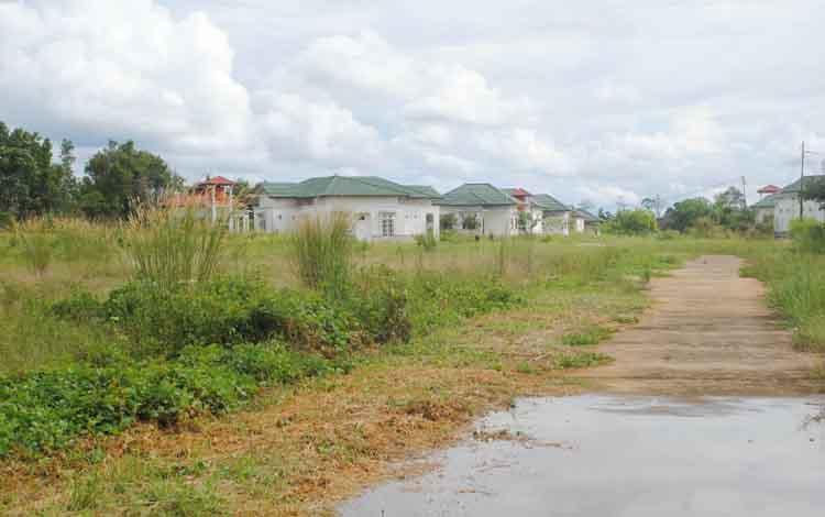 Kawasan perumahan dinas DPRD Barito Selatan, di Desa Sababilah, Kecamatan Dusun Selatan, yang tak kunjung ditempati. BORNEONEWS/PPOST/H LAILY MANSYUR