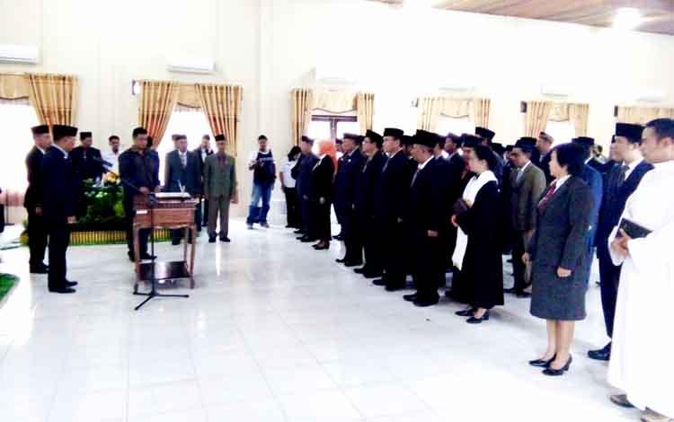 Pelantikan pejabat eselon Pemerintah Kabupaten Lamandau. Penundaan pelantikan pejabat eselon III dan IV Pemkab Lamandau ditanggapi beragam.