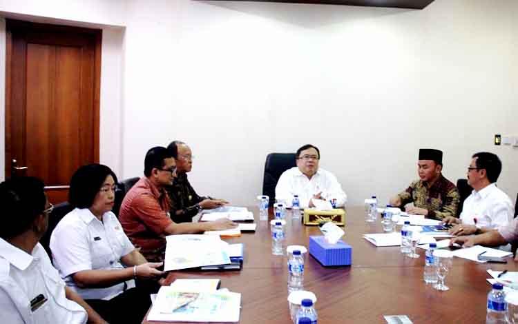 Gubernur Kalteng Sugianto Sabran saat bertemu Menteri PPN/Kepala Bappenas Bambang PS Brodjonegoro di kantornya, Rabu (11/1/2017).