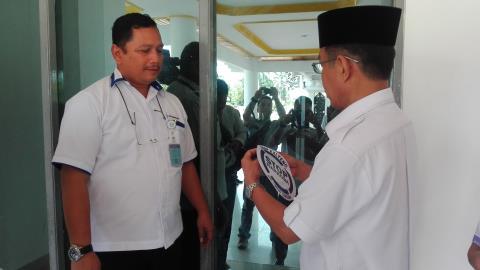Kepala BNNP Kalteng Kombes Polisi Sumirat Dwiyanto menyerahkan stiker stop narkoba kepada Pj Bupati Barito Selatan Mugeni, Kamis (12/1/2017). (BORNEO/URIUTU)