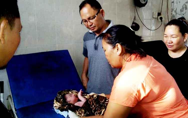Bayi yang diserahkan pasangan pria wanita pada salah seorang warga di Pundu, Cempaga Hulu, Kotim Sabtu (21/1/2017) lalu. BORNEONEWS/MUHAMMAD HAMIM