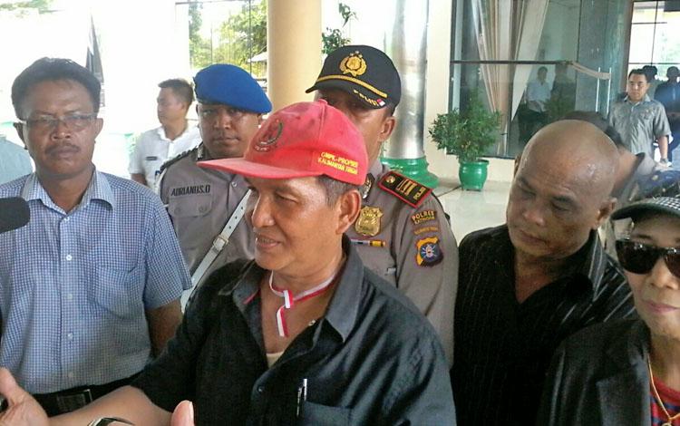 Koordinator aksi demo damai aliansi Masyarakat Katingan bersatu, Menteng Asmin saat memberikan keterangan pers di kantor DPRD setempat saat mereka menggelar aksi demo keempat kali beberapa hari lalu.