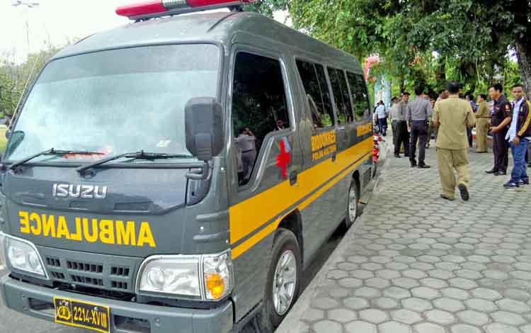 Polda Kalteng menyediakan satu unit mobil ambulance di lokasi aksi mogok makan butuh PT SISK Makin Group di Bundaran Besar, Palangka Raya.