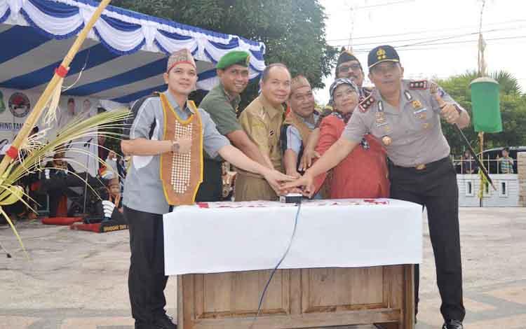 Bupati Kapuas Ben Brahim S Bahat didampingi pejabat lainnya saat meresmikan Taman Kota Raja Bunu, Selasa (31/1/2017).