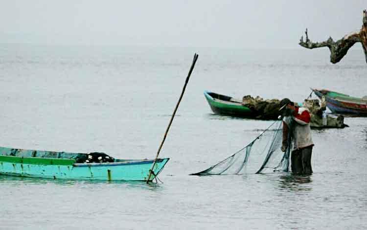 Sejumlah nelayan di Pantai Kubu Kecamatan Kumai yang merasa terbantu dengan jaringan komunikasi seluler yang mumpuni.