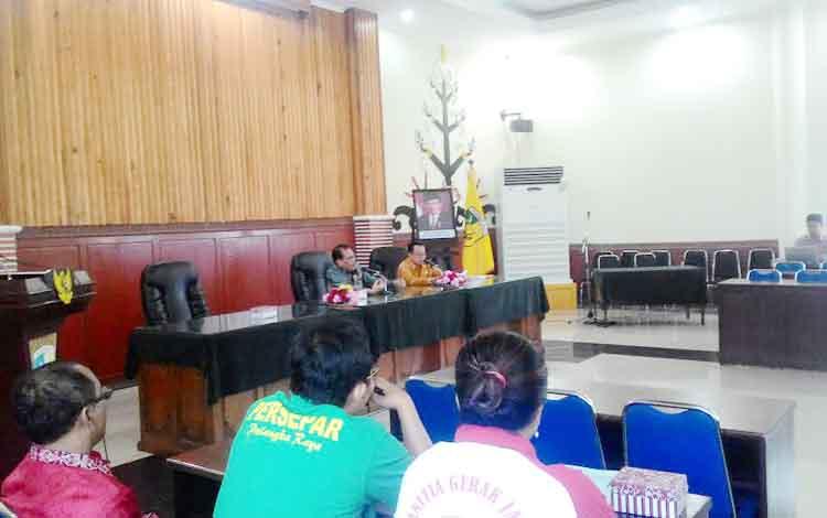 Rahmadi, Asisten II Bidang Pembangunan dan Kesra Setda Kota Palangka Raya memimpin rapat Tepra, Jumat (3/2/2017)