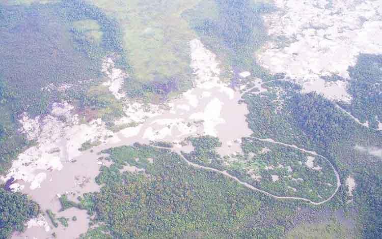 Kerusakan di alur Sungai Sekonyer akibat aktivitas tambang liar.