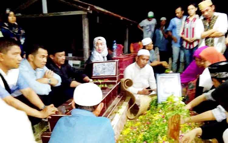 Sekda Pulang Pisau alamarhum Afiadin Husni setelah dimakamkan di pemakaman Patok Merah Batakan, Kota Balikpapan, Kalimantan Timur.