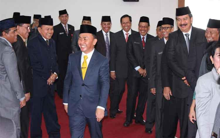 Gubernur Kalteng, Sugianto Sabran di tengah seluruh kepala dinas/badan lingkup Pemprov Kalteng dalam suatu acara belum lama ini.