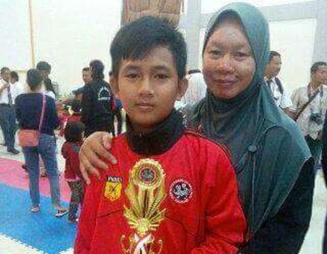 Arya dan ibuya saat menerima piala sebagai juara II Kumite Putera untuk berat 40 kilo gram pra pemula usia 10-11 tahun seleksi daerah Kalteng Inkanas Kapolda I tahun 2017.