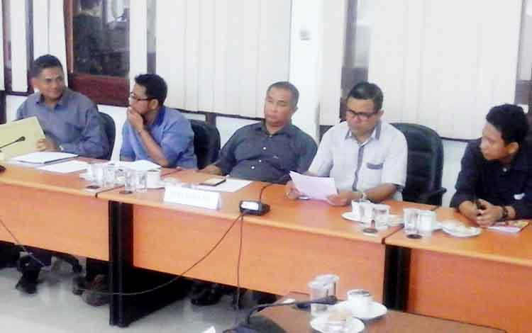 Lima perwakilan dari pihak perusahaan Sinar Mas Group saat menghadiri hearing terkait pemecatan karyawan, di DPRD Seruyan, Senin (27/2/2/2017).