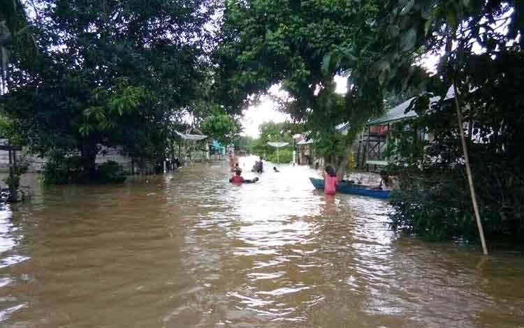 Banjir merendam jalan dan 60 rumah warga di dua RT di desa Naga Mua, Kecamatan Aruta sejak Sabtu (25/2/2017). Ketinggian air dilaporkan terus naik hingga 1,3 meter pada Selasa (28/2/2017) pagi.