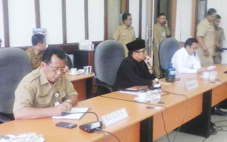 Pimpinan hearing Ketua DPRD Seruyan Ahmad Ruswandi (tengah), sesaat sebelum menutup hearing.