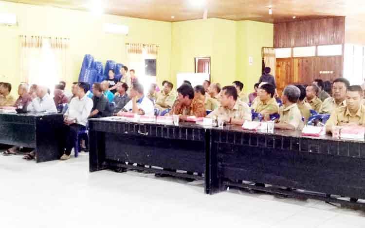 Peserta rapat koordinasi dan rencana aksi Sukamara bebeas narkoba saat menyimak paparan dari Ketua BNK Sukamara, Windu Subagio di gedung Gawi Barinjam.
