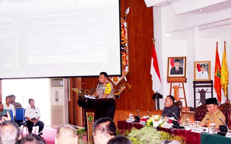 Kapolda Kalteng Brigjen Anang Revandoko saat menyampaikan paparan pada Rakor Pencegahan dan Penanggulangan Karhutla di Aula Jayang Tingang, kompleks kantor Gubernur Kalteng, Palangka Raya, Senin (27/2/2017).