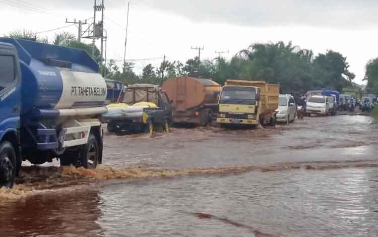 Kemacetan kendaraan terjadi di Jalan Jenderal Sudirman km 4, Kecamatan Mentawa Baru Ketapang, Kotim, Rabu (1/3/2017).