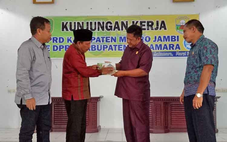 Wakil Ketua I Dewan Perwakilan Rakyat Daerah (DPRD) Kabupaten Muaro Jambi Provinsi Jambi, Edison menyerahakan cenderamata ke Wakil Ketua I DPRD Kabupaten Sukamara, Daman Huri.