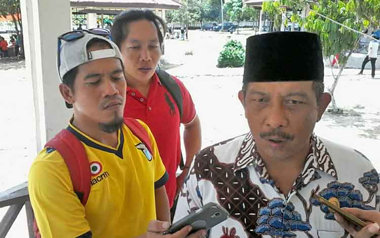 Karyadi, anggota Pansus DPRD Katingan terkait kasus Ahmad Yantenglie, menjawab pertanyaan media.