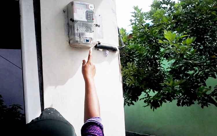 Meteran listrik di rumah warga.