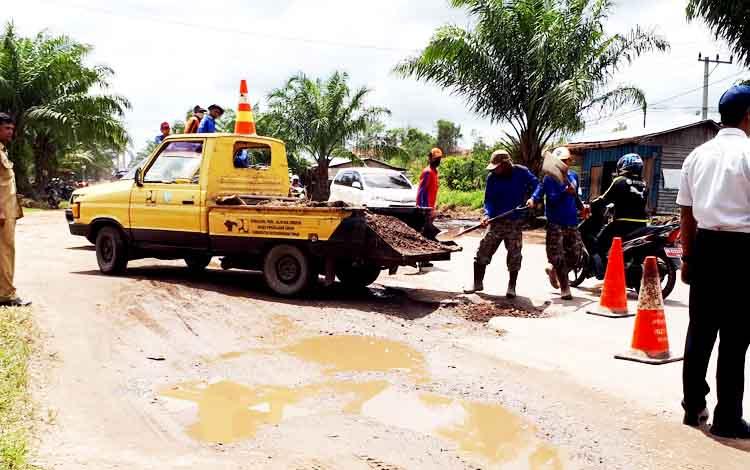 Petugas Dinas PUPR memperbaiki kerusakan di Jalan Jenderal Sudirman.