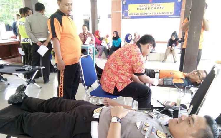 Kasat Lantas Polres Lamandau, AKP Zulyanto L Kramajaya, saat mengikuti aksi donor darah.