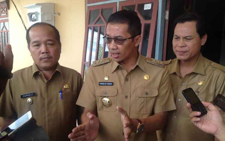 Bupati Murung Raya, Perdie M Yoseph, disamping Wakil Bupati (Wabup), Darmaji dan Sekretaris Daerah (Sekda) Mura, Syarkawi.