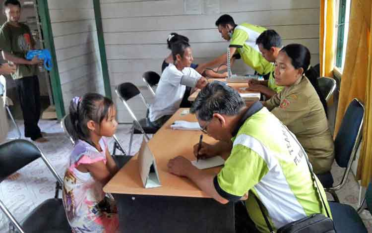 Korban banjir di Kecamatan Arut Utara mendapatkan pelayanan kesehatan gratis.