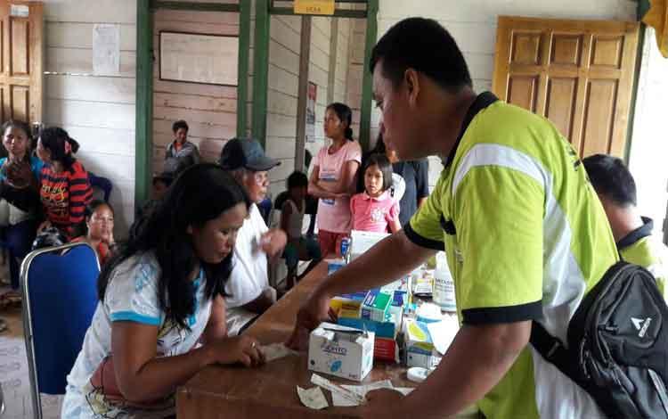 Warga Kecamatan Arut Utara yang menjadi korban banjir mendapatkan pelayanan kesehatan gratis.