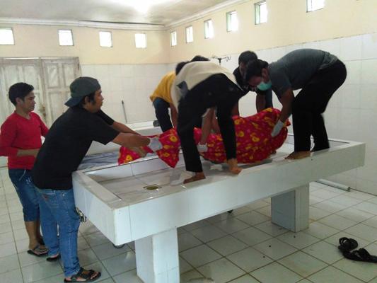 Korban bunuh diri dibawa ke kamar mayat RSUD Pulang Pisau, Sabtu (18/3/2017).
