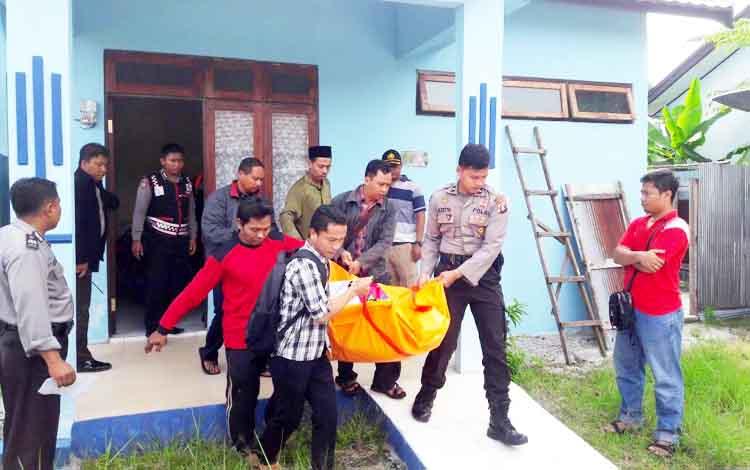 Korban ketika dievakuasi menuju kamar mayat RSUD dr Doris Sylvanus Palangka Raya.
