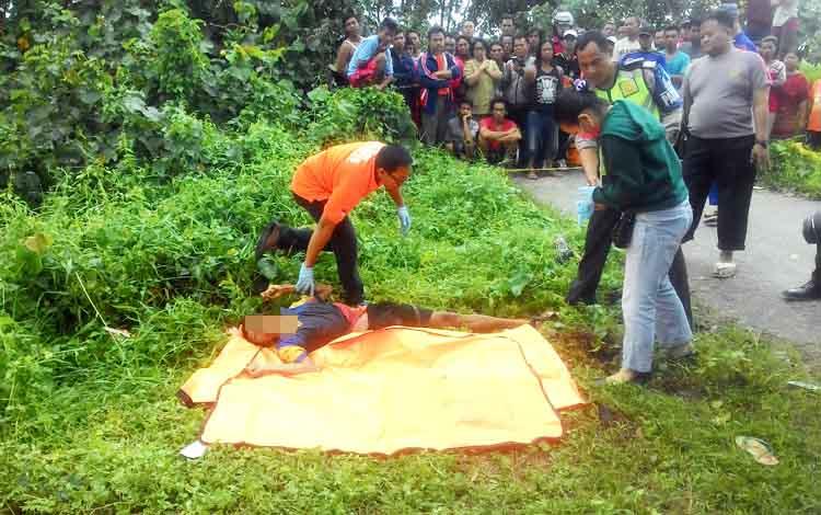 Jenazah korban saat dievakuasi oleh pihak Polres Kapuas, Senin (20/3/2017).