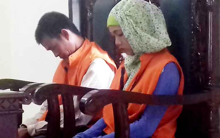 Tarliansyah alias Itay dan istrinya Alumi saat menjalani sidang di Pengadilan Negeri Sampit, Senin (20/3/2017