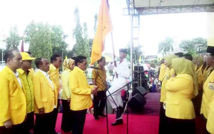 Ketua DPD Partai Golkar Provinsi Kalimantan Tengah HM Ruslan AS, melantik pengurus DPD Kabupaten Kapuas di Lapangan Bukit Ngelangkang, Kuala Kapuas, Senin (20/3/2017).