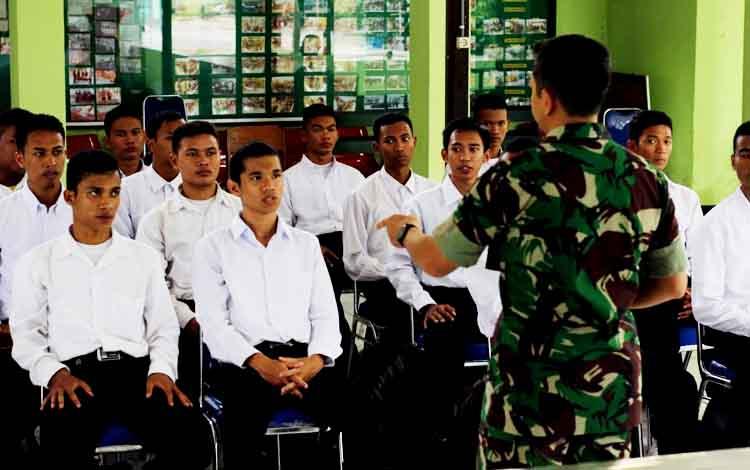 Pasi Intel sekaligus Plh Pasi Pers Kodim 1016/Plk Lettu Inf Hari Utomo memberikan pengarahan kepada 21 pendaftar calon prajurit tamtama TNI AD gelombang I di Aula Kodim 1016/Plk, Senin (20/3/2017).