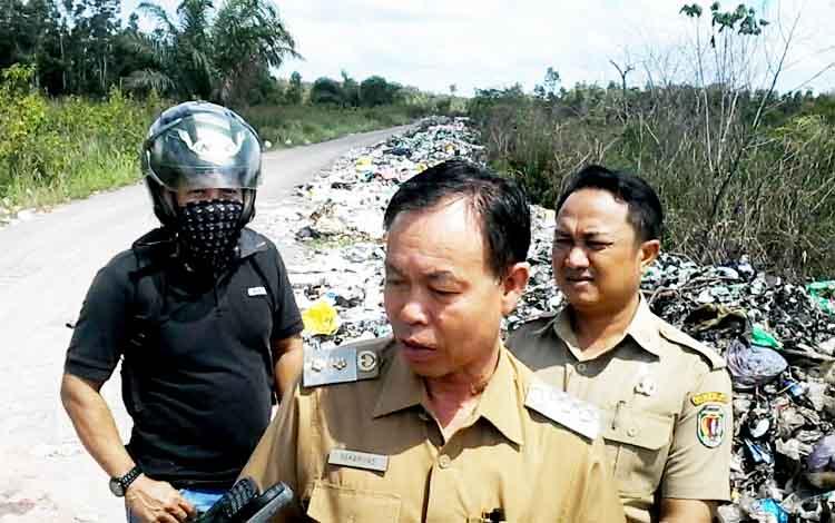 Wakil Bupati Sakariyas saat melakukan sidak di TPA Kasongan, Senin (20/3/2017)