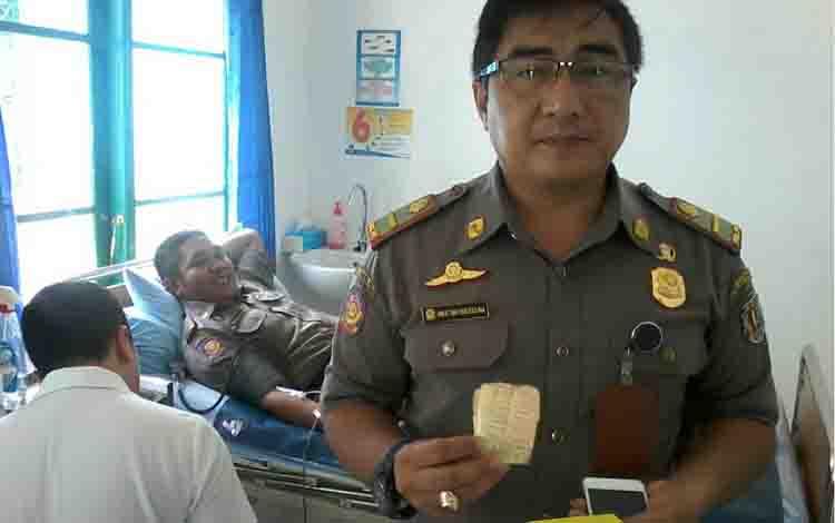 Emo Tuah Pahlevi menunjukkan kartu donor darahnya di UTD RSUD Mas Amsyar Kasongan, Senin (20/3/2017).