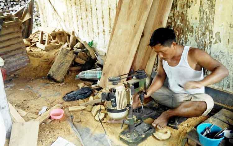 Rofi, pengrajin tasbih di Desa Telaga Baru mengolah biji tasbih menggunakan mesin dan berbahan kayu gaharu.