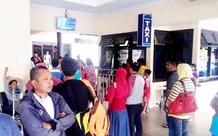 Penumpang Trigana Air tiba di Bandara Iskandar, Pangkalan Bun.