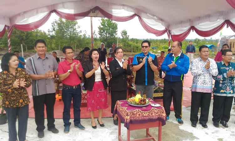 Wakil Bupati Gunung Mas Rony Karlos saat menghadiri perayaan hari jadi ke-6 SMPN 6 Kurun, Jumat (31/3/2017).