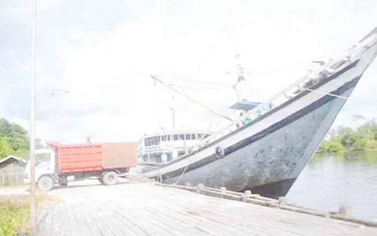Salah satu pelabuhan rakyat yang berada di Sungai Kumai, Kabupaten Kotawaringin Barat (Kobar).