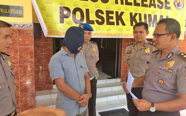 Mohammad (mengenakan masker) tersangka kasus pembunuhan sadis di Desa Batu Belaman, Kecamatan Kumai terancam hukuman mati.