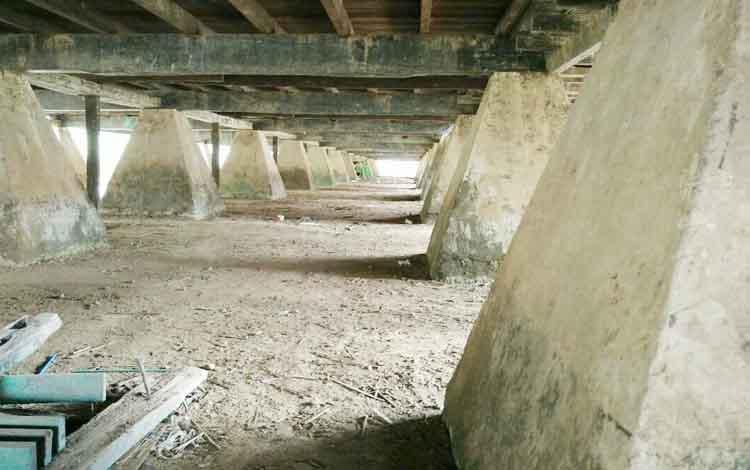 Pondasi SDN 1 Melayu yang terbuat dari beton dan sisa kamar kecil yang merupakan peninggalan pada zaman belanda saat ditunjukkan oleh kepsek Hj Rusmini.