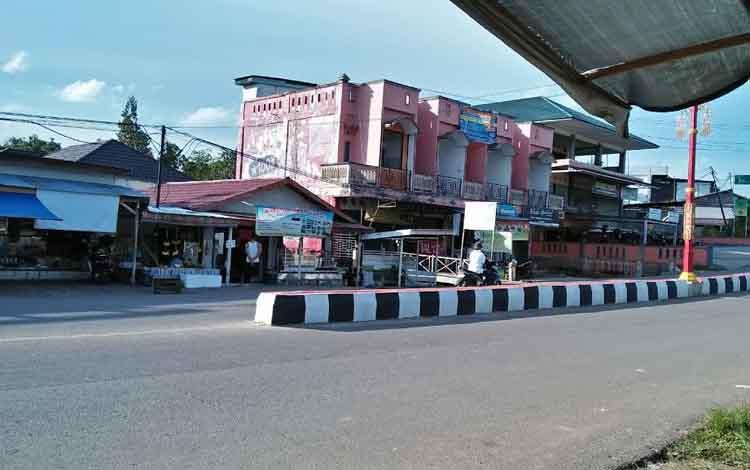 Jalan utama Kota Puruk Cahu, Kabupaten Murung Raya.