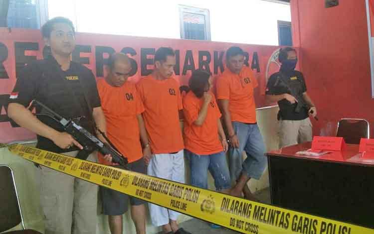 Empat tersangka narkoba dijaga aparat bersenjata dalam giat pemusnahan barang bukti sabu di Polda Kalteng, Jumat (21/4/2017)