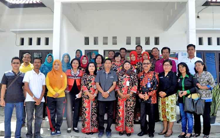 Lurah Lanjas, Tri Winarsih (tengah) dan jajarannya foto bersama para tim penilai lomba desa dan kelurahan tingkat Kabupaten Barito Utara