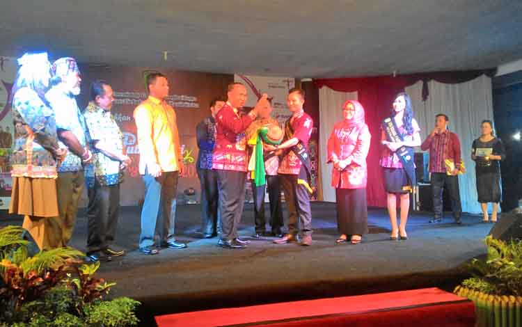 Wakil Wali Kota Palangka Raya, Mofit Saptono Subagio saat membuka Pemilihan Putera Puteri Pariwisata ditandai dengan pemukulan Gandang, alat musik tradisional Dayak.