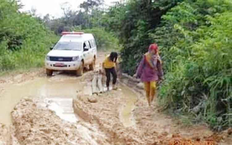 Dua perawat dari Puskesmas kelurahan Pangkut terpaksa berjalan kaki setelah mobil ambulance yang ditumpanginya terjebak dan tidak bisa melintasi jalan rusak di wilayah Arut Utara Kabupaten Kotawaringin Barat (Kobar) belum lama ini.