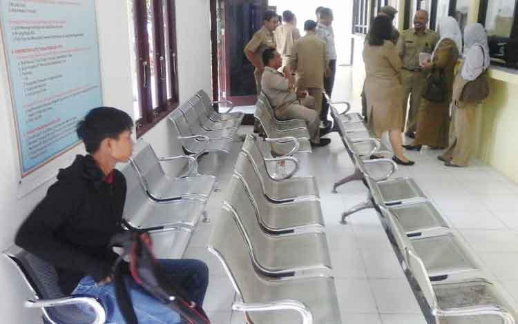 Seorang warga tengah menunggu untuk dilayani dalam mengurus administasi kependudukan di kantor Disdukcapil Seruyan.