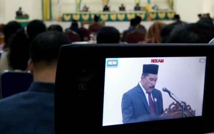 Jubir DPRD, Hadi Suyono, saat sampaikan hasil rapat DPRD menyikapi LKPJ Bupati Lamandau tentang penyelenggaraan pemerintahan daerah 2016, di Nanga Bulik, Jumat (28/4/2017).